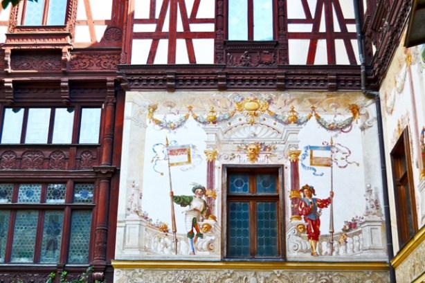 Murales color fachada Castillo de Peles Sinaia Rumanía