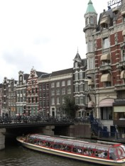 Barco crucero canales puente Singel Amsterdam