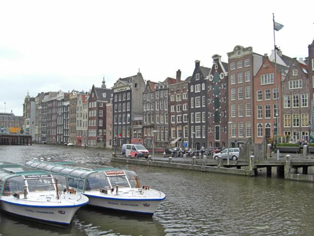 Panorámica puerto barcos crucero canales fachadas Amsterdam