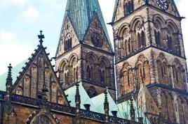 Verwandte Geister wachen uber die majestatischen romanische Kathedrale des XI