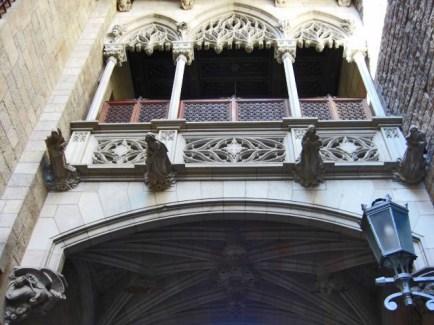 Calle Bisbe arco gárgolas calles barrio gótico Barcelona