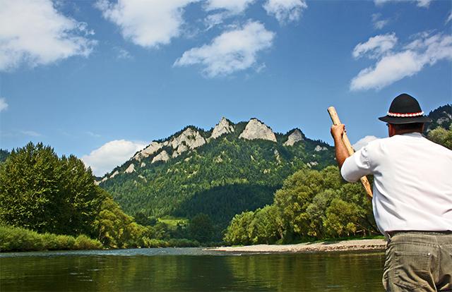Balsero timón río Dunajec vistas montañas Polonia