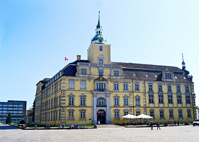 Fachada principal amarilla Palacio Oldenburg Museo del Estado de Arte e Historia Cultural Alemania
