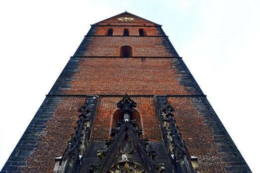 Wolkenkratzer des Glaubens im historischen Zentrum der Stadt Hannover