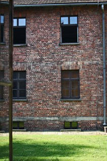 Patio interior muros bloques ladrillo Auschwitz Birkenau Polonia