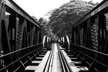 Paso vía tren puente río Kwae Kanchanaburi blanco y negro