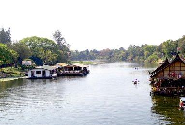 Viviendas flotantes y barcas río Kwae