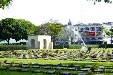 Trabajador manguera cementerio de la Guerra Kanchanaburi
