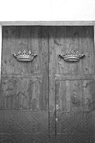 Puerta coronas palacios calle Montcada Xàtiva