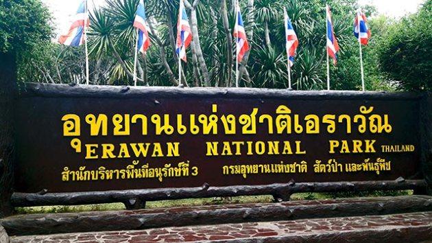 Rótulo entrada principal Parque Nacional Cataratas Erawan Tailandia