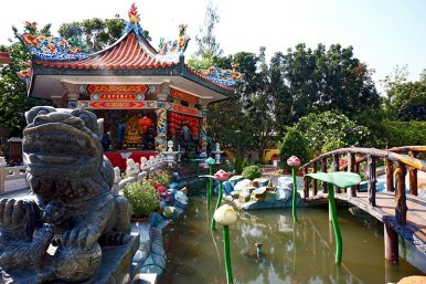 Pagoda dragón puente lago templo chino color Kanchanaburi