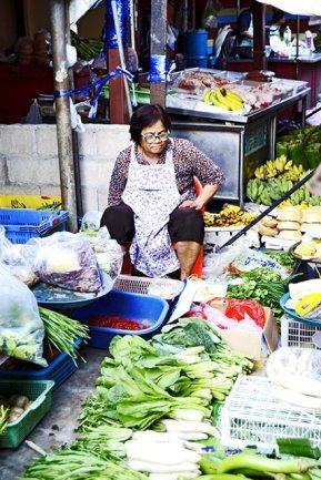 Vendedora frutas verduras puesto mercado vía tren Mae Klong