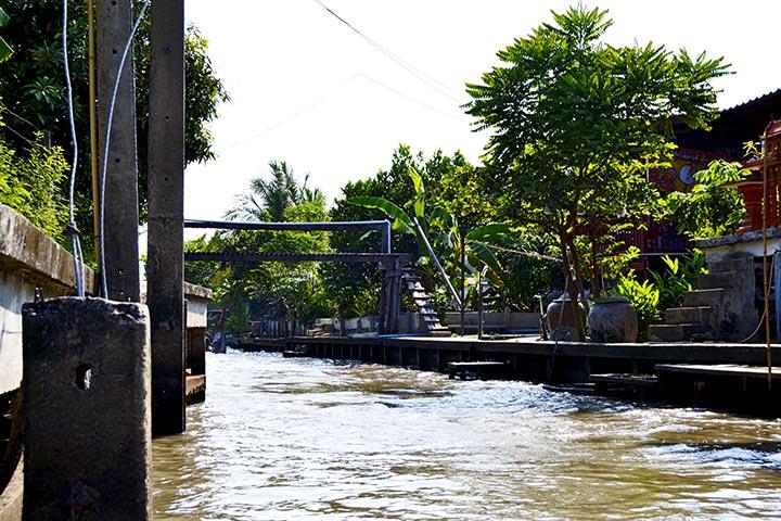Navegación canales aguas turbias Tailandia