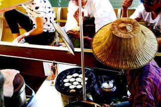 Señora tailandesa vendiendo comida barco mercado flotante Bangkok