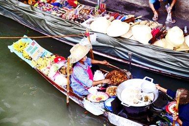 Vistas vendedora barca frutas comida cocinando mercado flotante Bangkok