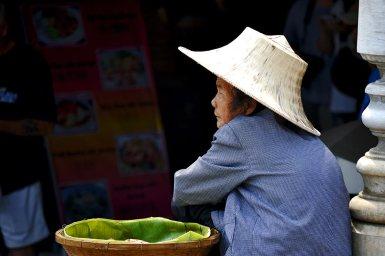 Retrato anciana tailandesa sombrero paja mercado flotante Damnoen Saduak