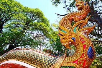Dragón sagrado dorado decoración templo chino Wat Phra Kaeo Don Tao