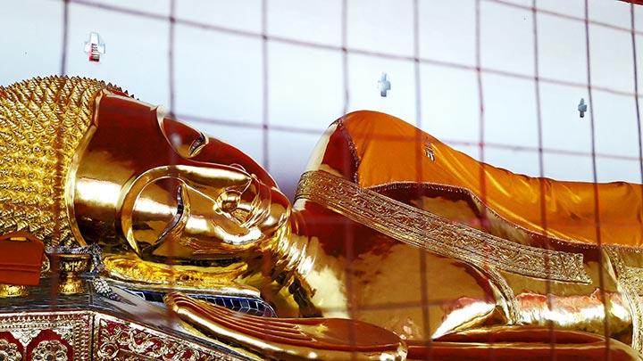 Buda reclinado oro templo Lampang Tailandia