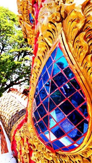 Policromía decoración cristales dragón templo Lampang