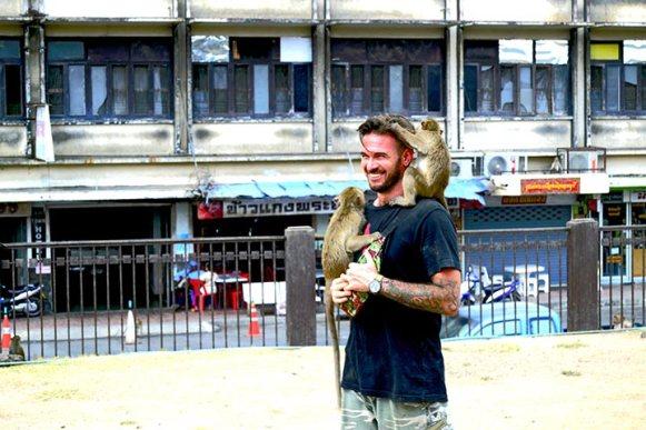 Monos subidos encima turista templo monos Lopburi