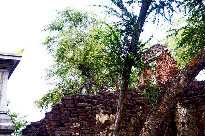 Restos antiguos ruinas templo próximo centro histórico Lopburi