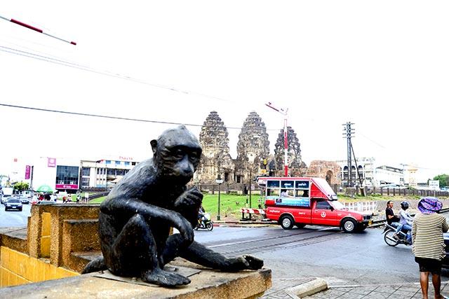 Mono cría escultura cruce centro histórico templo monos Lopburi