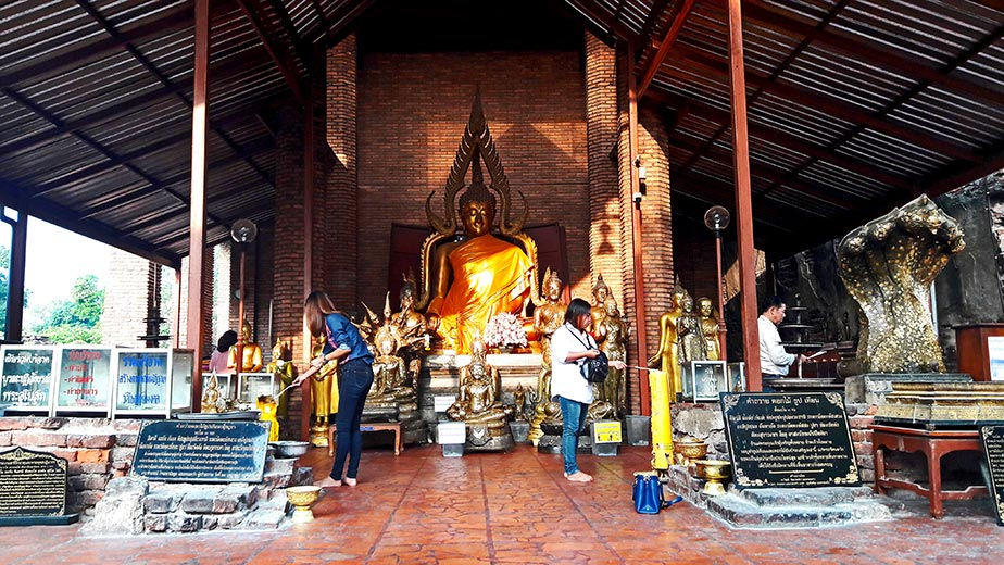 Adoración buda oro ofrendas Ayutthaya