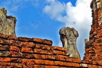 Muro ladrillo rojo torsos budas Ayutthaya