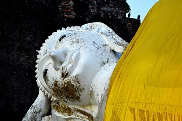 Buda tumbado manto amarillo Ayutthaya