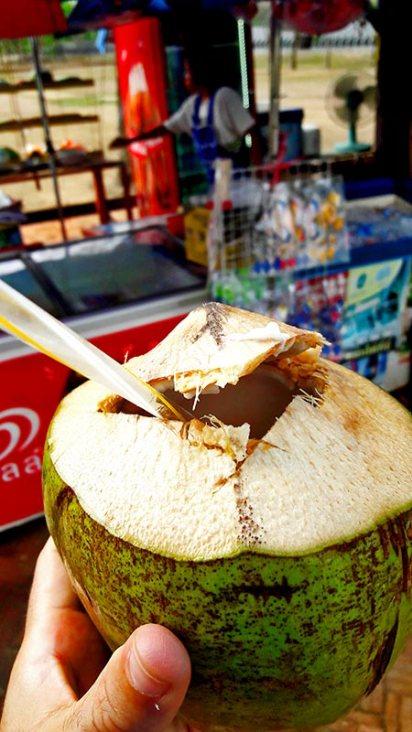 Agua de coco verde puesto callejero frutas Tailandia