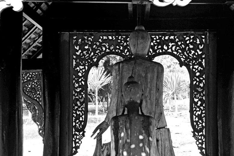 Estatuas japonesas madera espalda Casa Negra