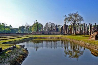 Panorámica lago chedis y wihans Sukhothai Tailandia
