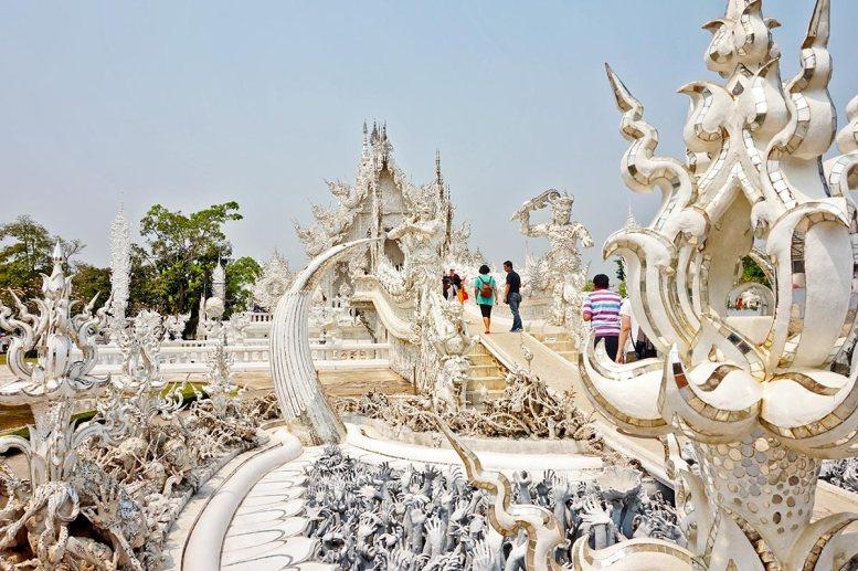 Entrada manos decoración esperpéntica Templo Blanco Chiang Rai