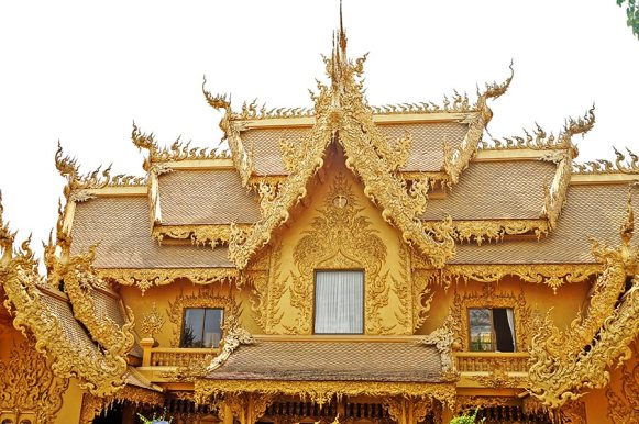 Fachada templo dorado decoración Templo Blanco Chiang Rai