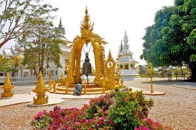 Campana y mini templo dorado Chiang Rai
