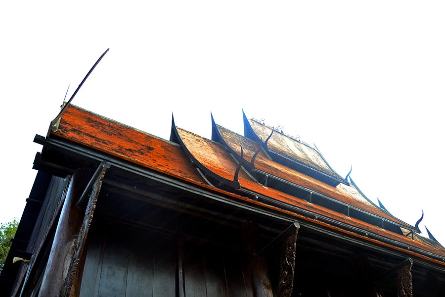 Vivienda tejado niveles madera teca Casa Negra Chiang Rai