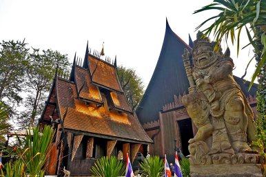 Exterior y estatua Casa Negra de Chiang Rai