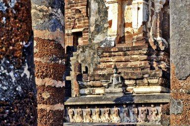 Esculturas monjes chedi central Sukhothai