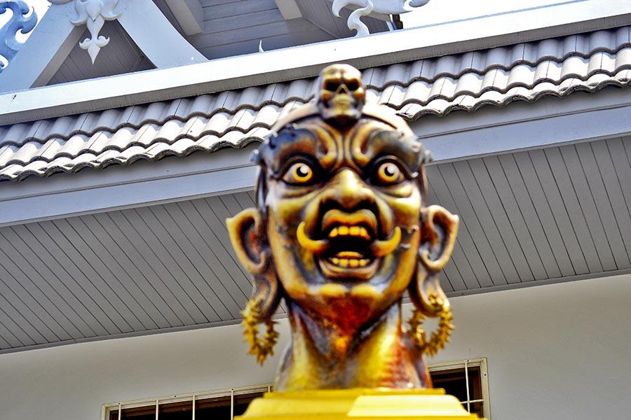 Rostro terror guardián amarillo Templo Blanco Chiang Rai