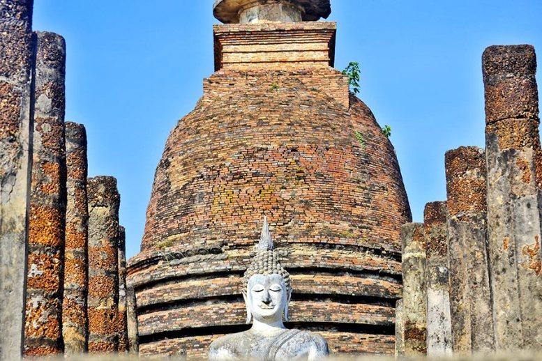 Buda blanco y chedi Wat Mahathat Sukhothai
