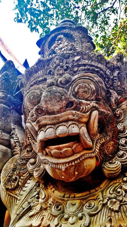 Guardián estatua frontal Casa Negra Chiang Rai
