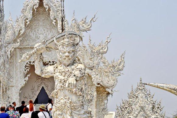 Estatua guerrero espada entrada Templo Blanco Chiang Rai