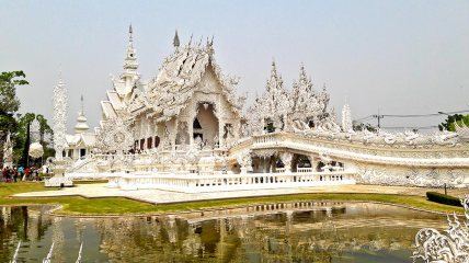 Reflejo agua Templo Blanco Chiang Rai