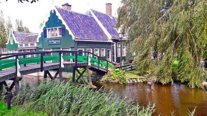 Casas típicas madera verde canales Zaanse Schans