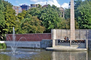 Lago monolito chicos hablando Museumpark Rotterdam