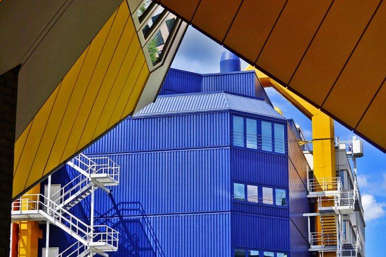 Contenedores azules y Casas cubo puerto de Rotterdam