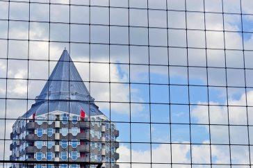 Reflejo cristal edificio lápiz Rotterdam