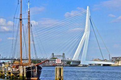 Barco siglo XVIII y Puente Erasmus puerto Rotterdam