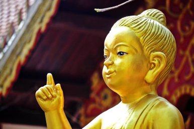 Dedo buda niño dorado templo Chiang Mai