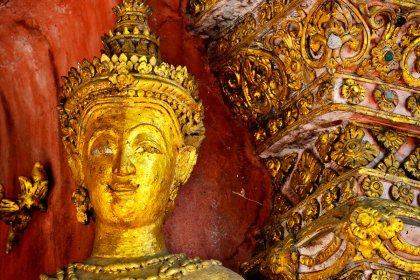 Escultura oro buda wat Chiang Mai